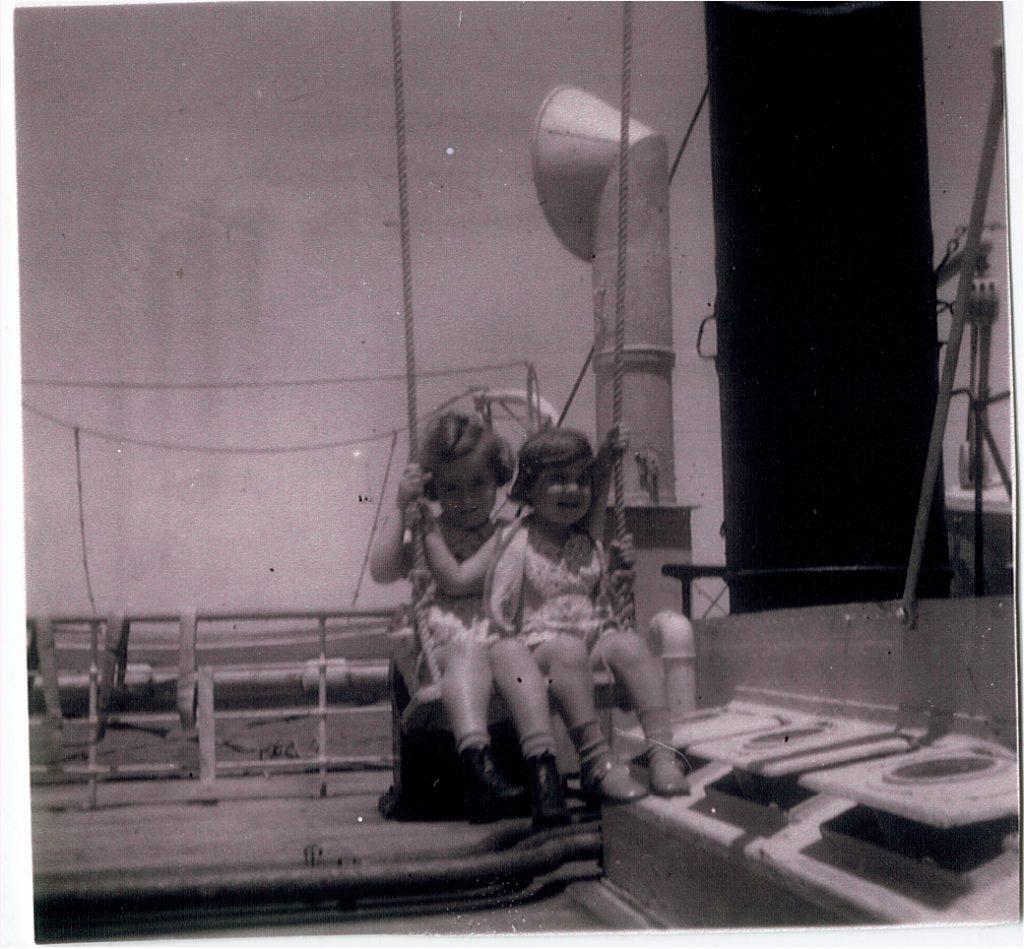 """Hanna Grünwalds Tochter Renate und Marion Rosenthal auf dem Fluchtschiff """"Aurigny"""" im August 1938"""