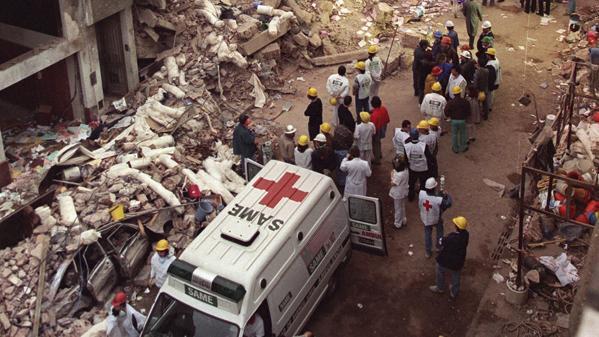 Zerstörung nach dem tödlichen Anschlag auf ein jüdisches Kulturzentrum in Buenos Aires 1994. Bild: AP