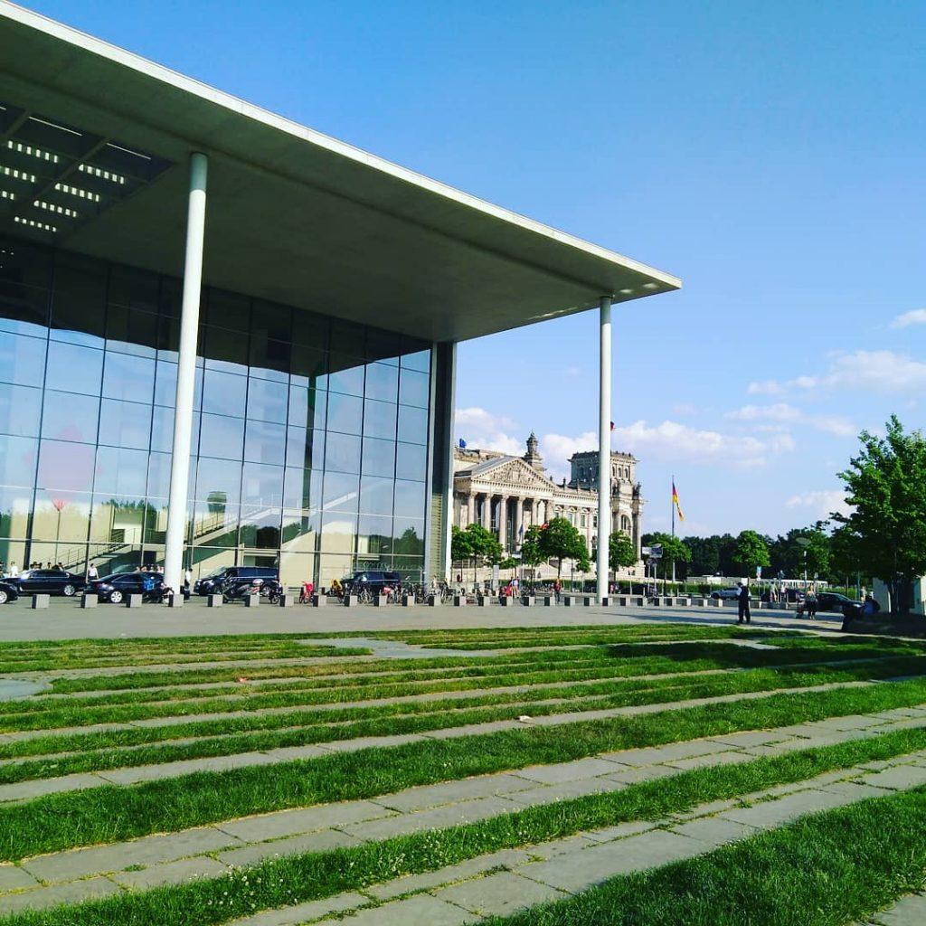 Das Paul-Löbe-Haus, dahinter das Reichstagsgebäude
