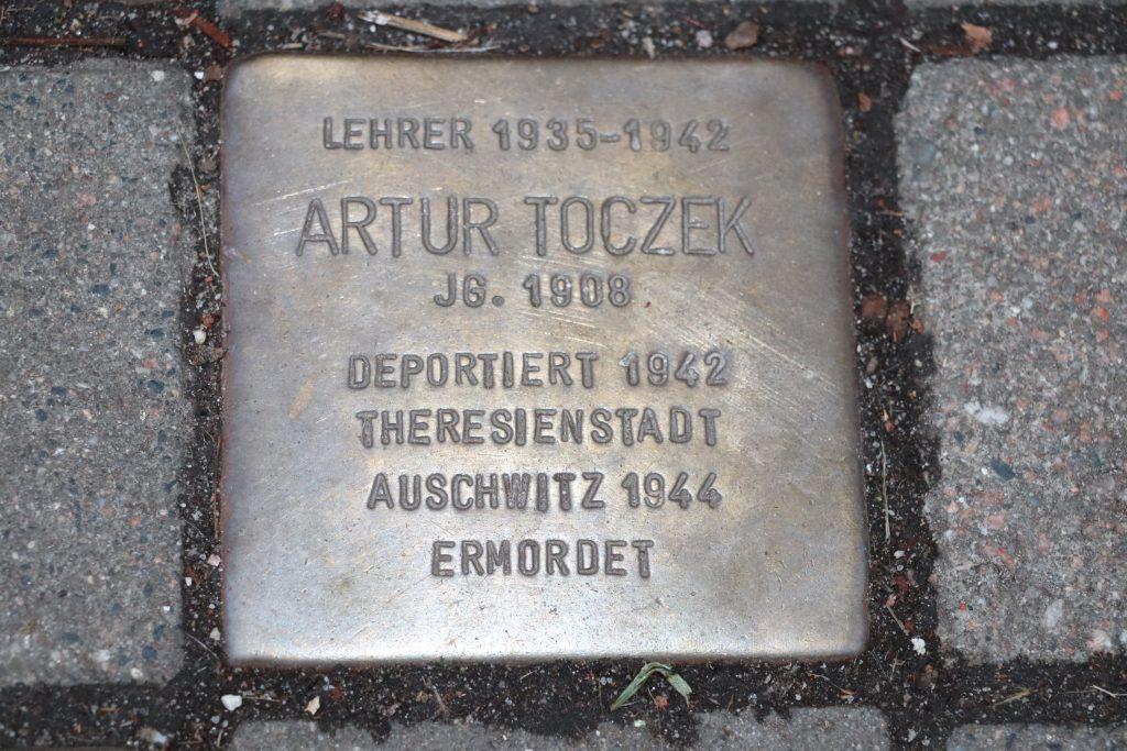 Stoplerstein für Arthur Toczek vor der Talmud Tora Schule, Grindelhof 30 in Hamburg